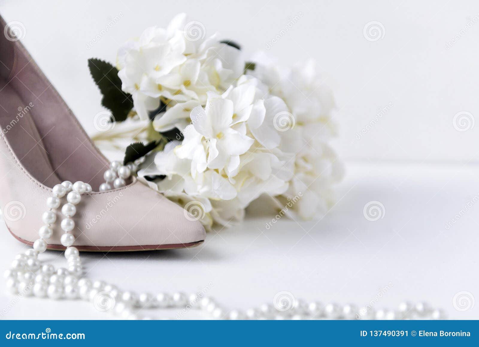 Vita kvinnors fartygsko, pärla, halsband, blomma, vanlig hortensia, skor