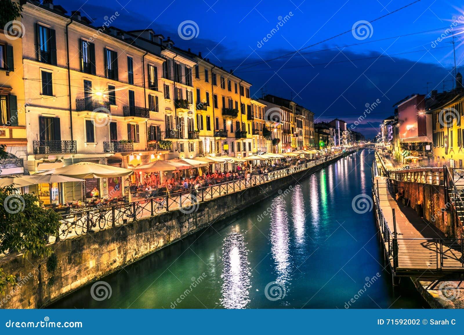 Vita notturna di milano in navigli l 39 italia fotografia for Ristorante l isolotto milano
