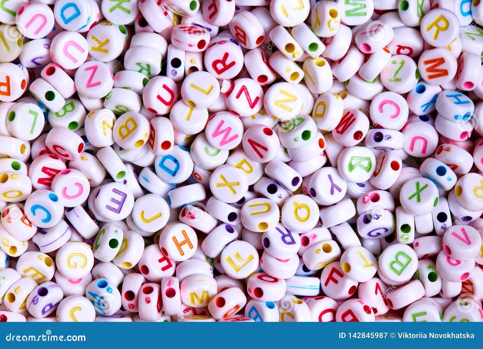 Vita pärlor med mångfärgad engelsk bokstavsnärbild