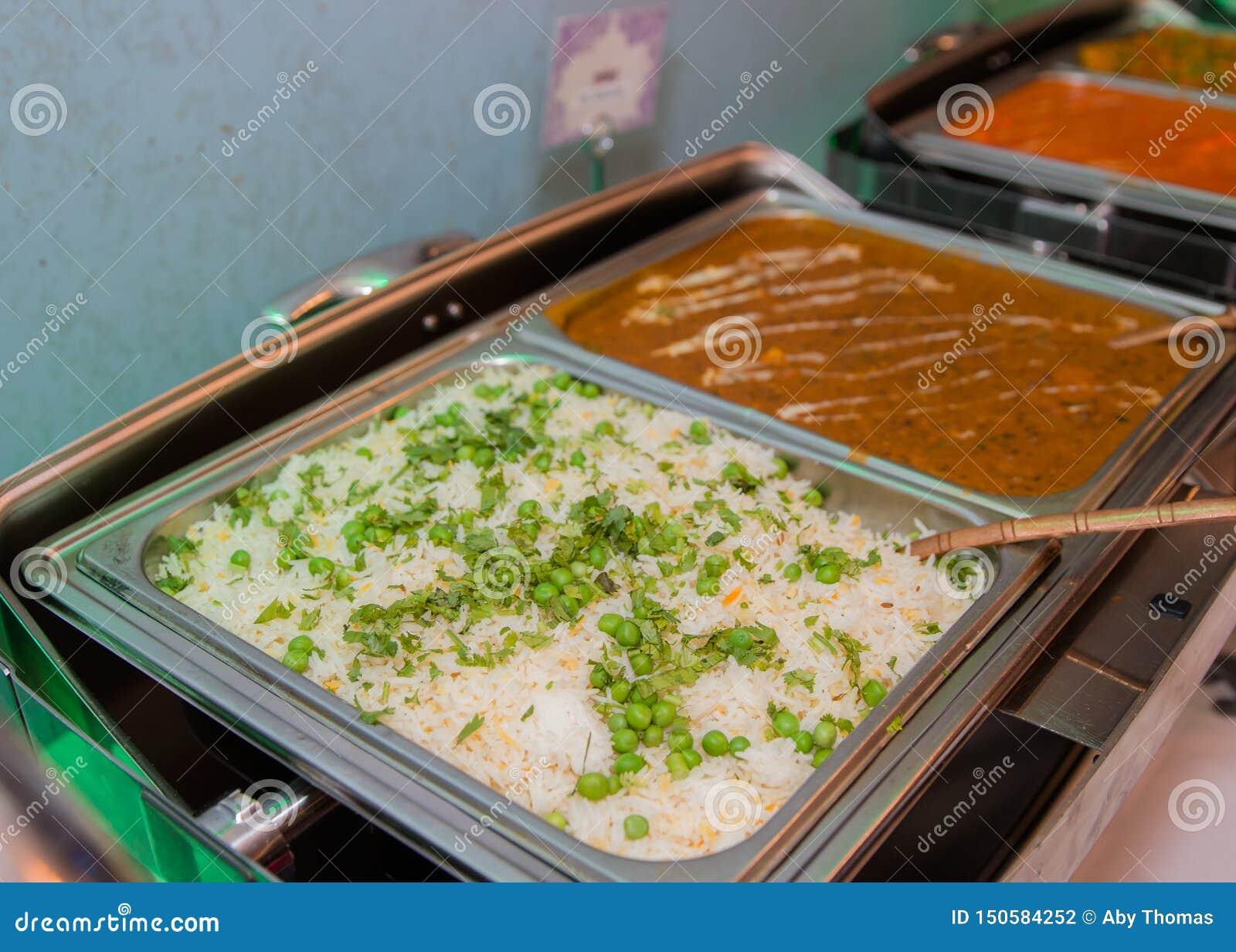 Vita ris med gräsplaner och curry