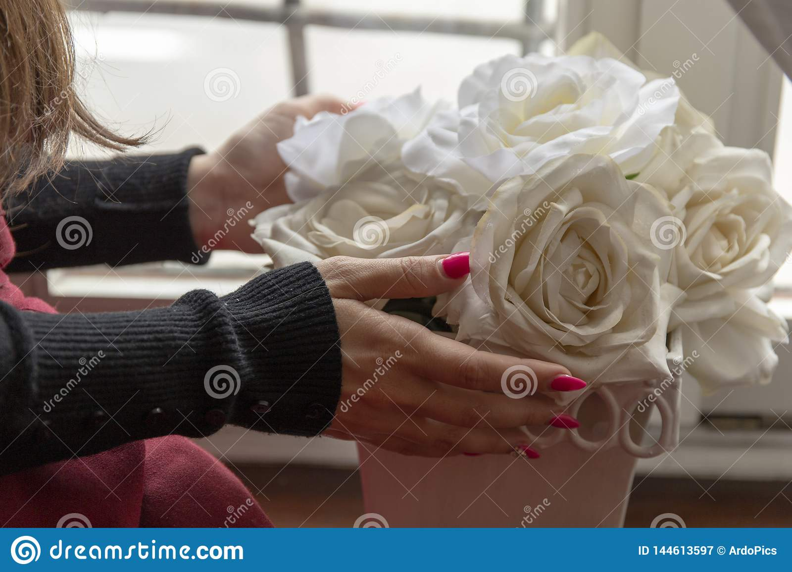 Vita rosor och flicka