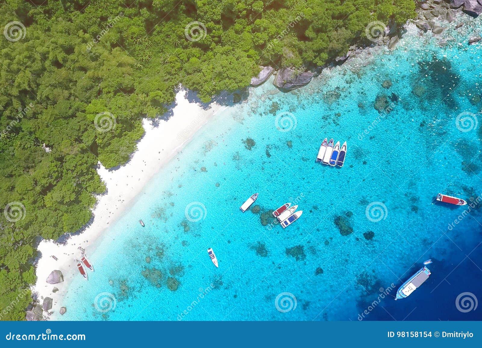Vita Sandy Honeymoon Beach på den flyg- sikten för Similan ö från över Andaman Thailand Lopp sommar, semester och