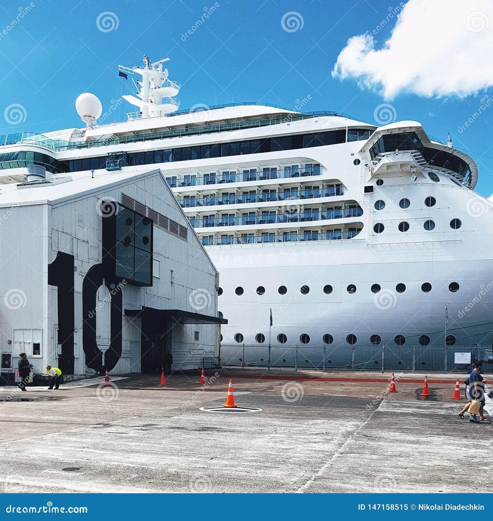 Vita Stillahavs- kryssningeyeliner p? skeppsdockan i den Auckland hamnen
