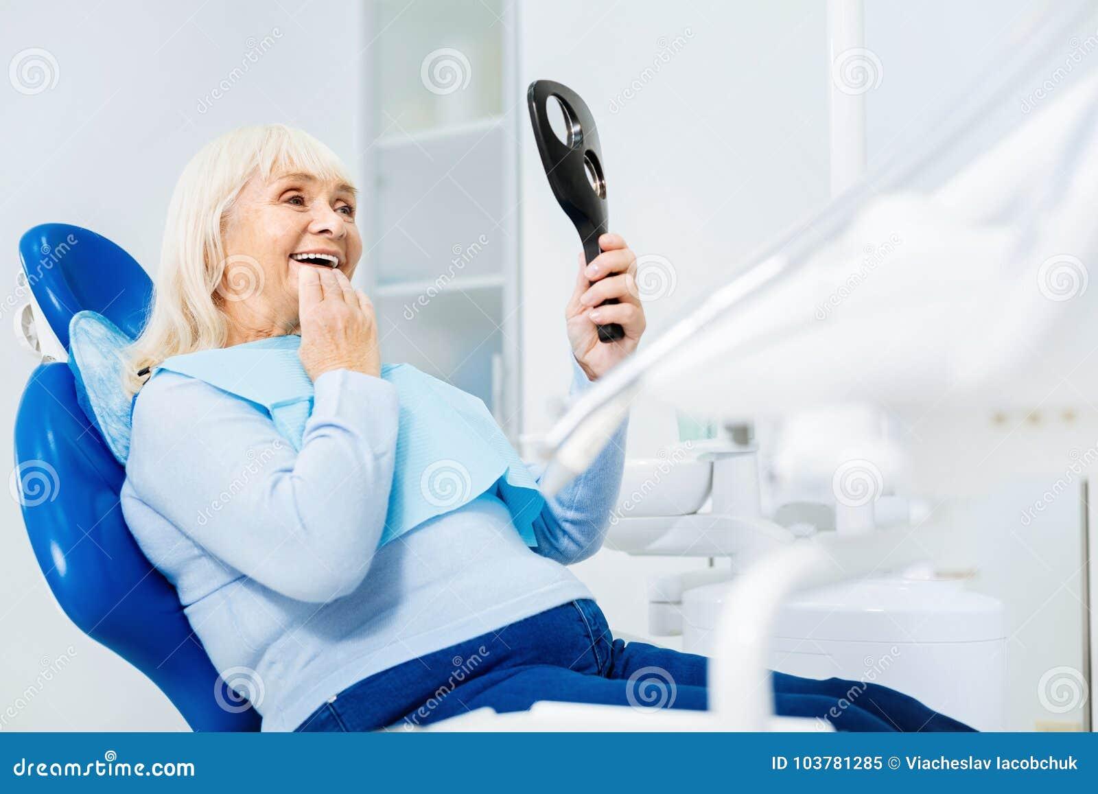 Vita su della donna contentissima in ufficio dentario