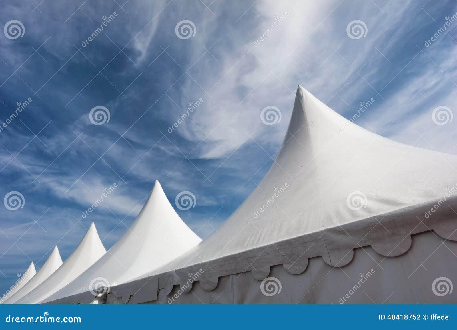 Vita tält mot blå himmel