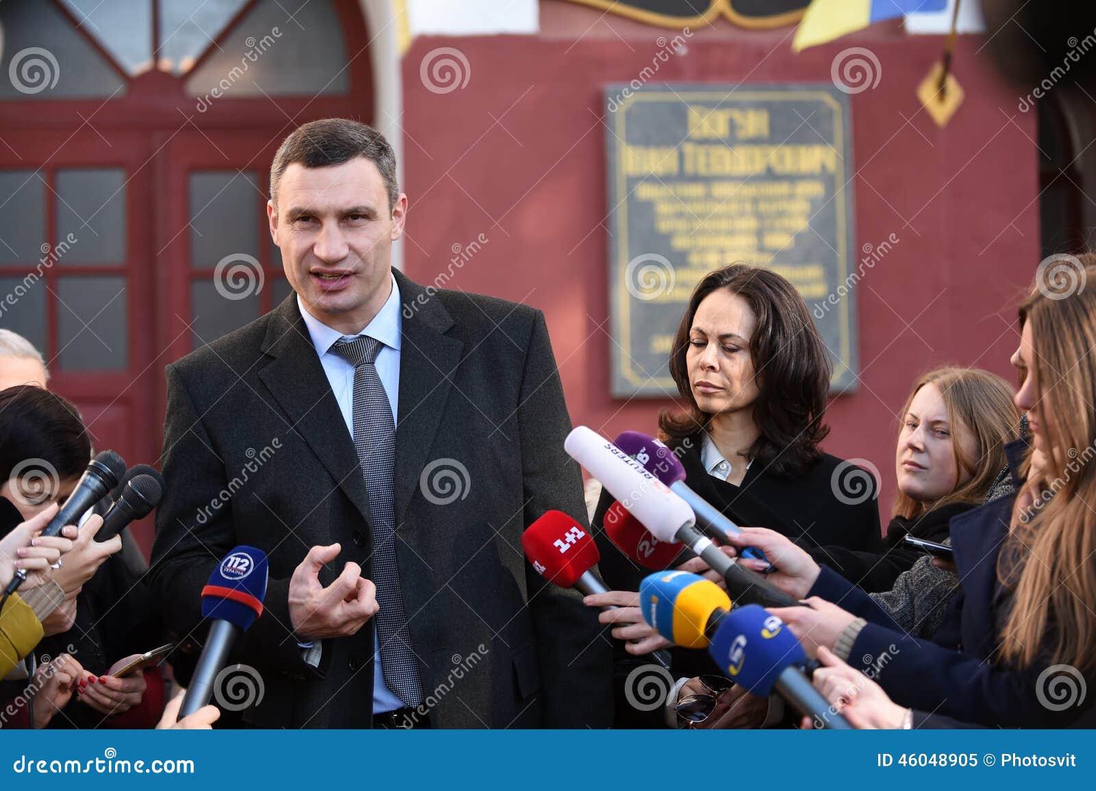 Vitali tallking对新闻工作者的Klitschko在表决以后在基辅, Uktr