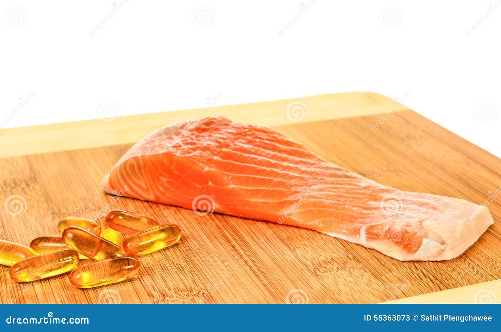 Vitamina D con il salmone su fondo bianco