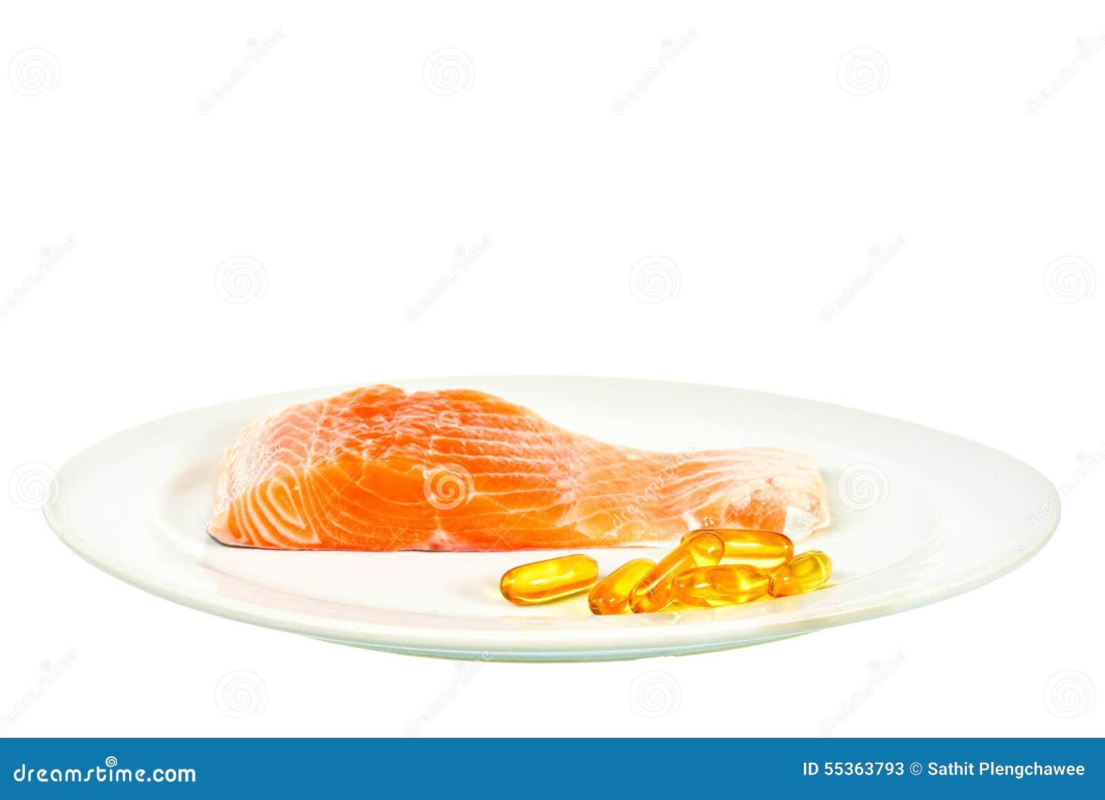 Vitamina D con la fetta di color salmone sul fondo di bianco del piatto