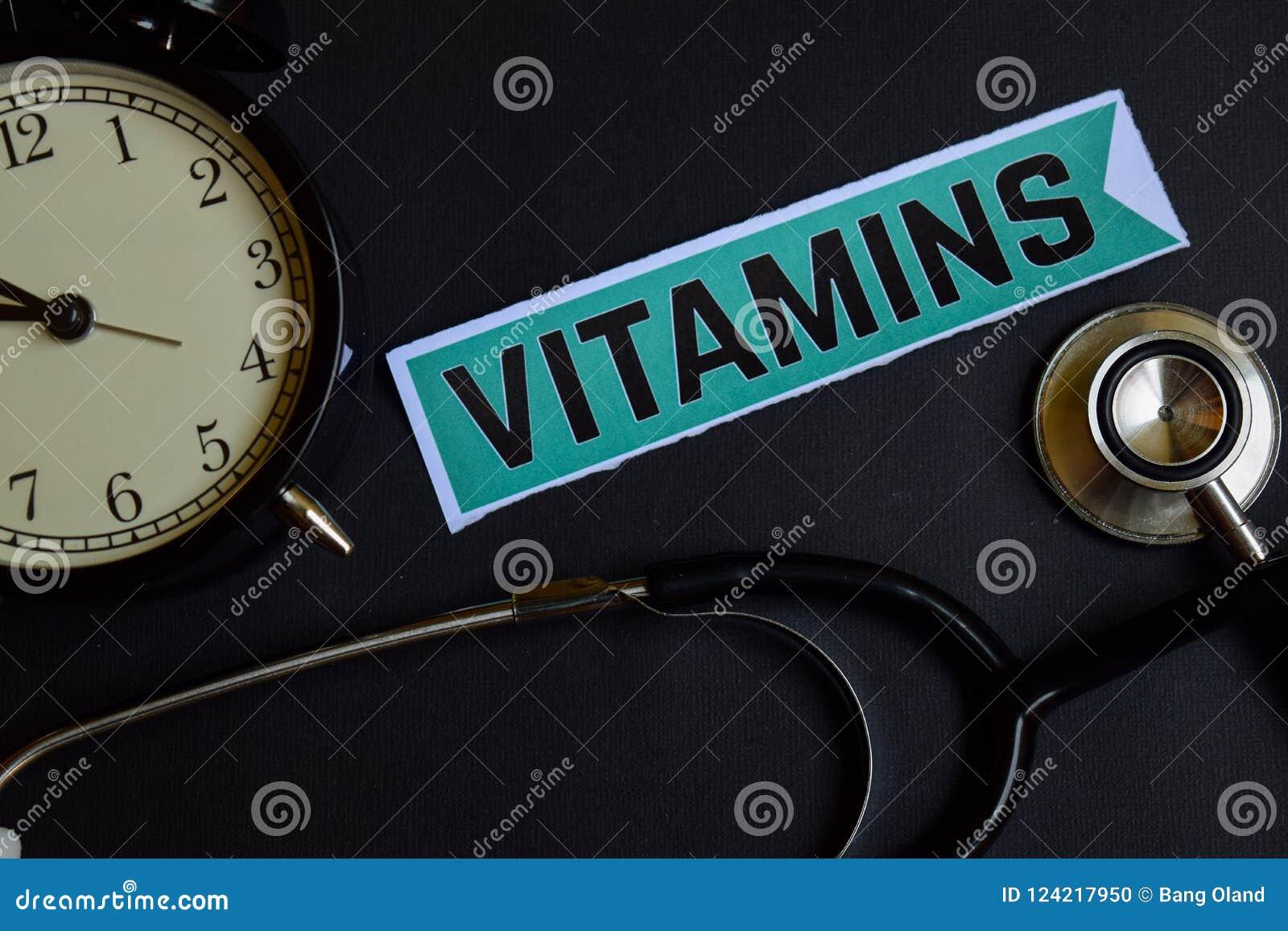 Vitaminas no papel da cópia com inspiração do conceito dos cuidados médicos despertador, estetoscópio preto