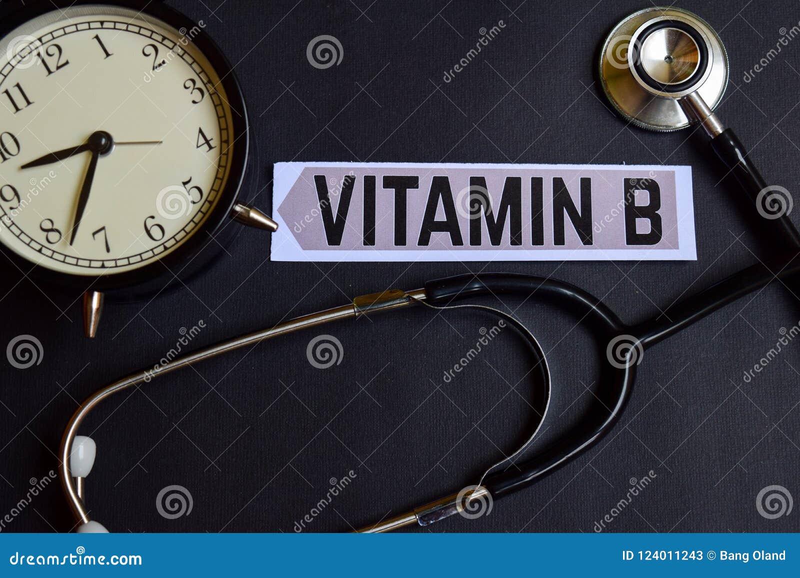 Vitamine B op het document met de Inspiratie van het Gezondheidszorgconcept wekker, Zwarte stethoscoop