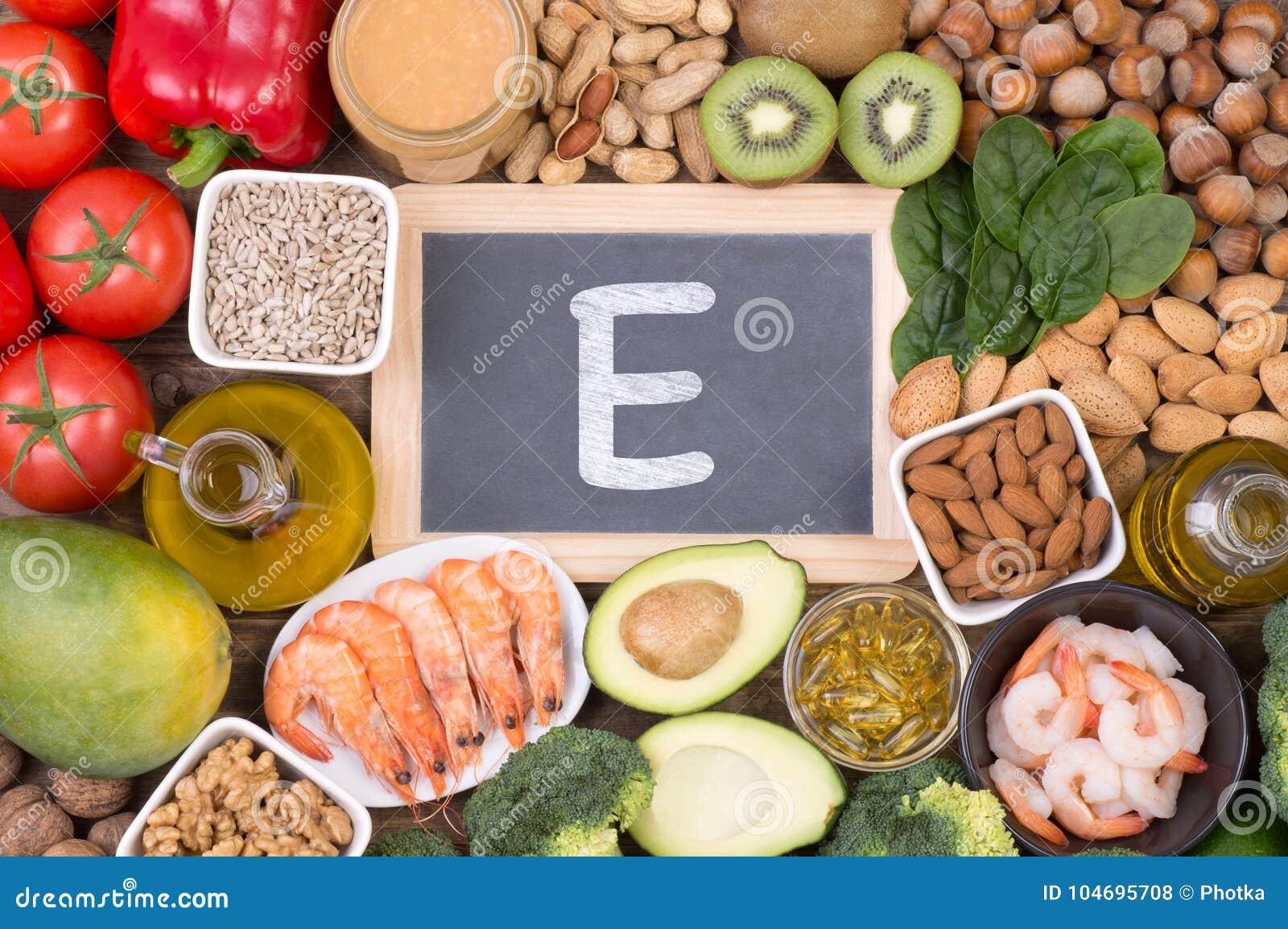 Vitamine E karmowi źródła, odgórny widok na drewnianym tle