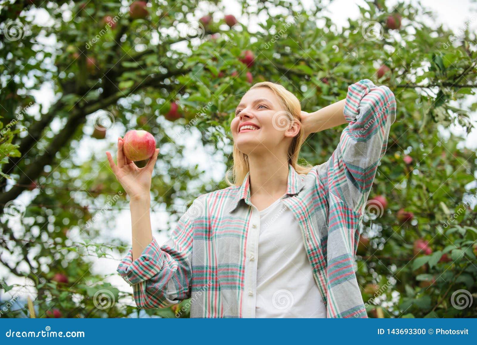 Vitamine en het op dieet zijn voedsel Gezonde tanden honger boomgaard, tuinmanmeisje in appeltuin Gelukkige Vrouw die Apple eet
