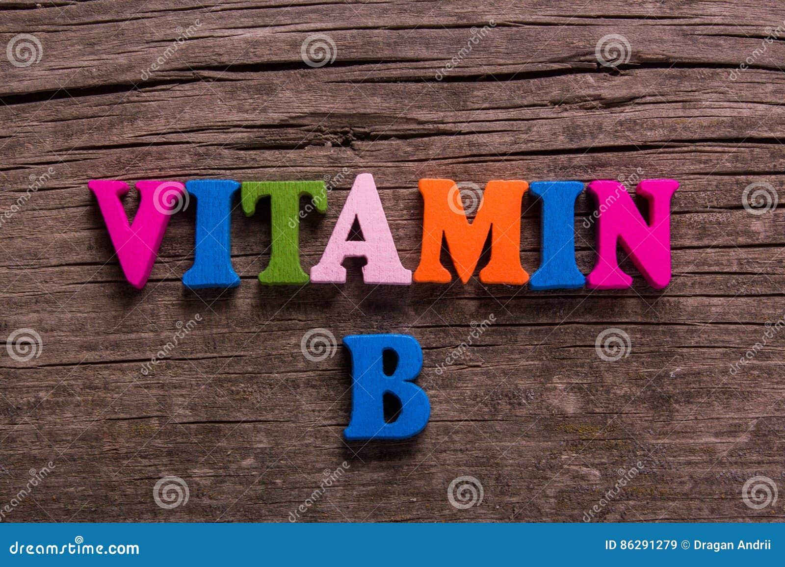 Vitamineb woord van houten brieven wordt gemaakt die