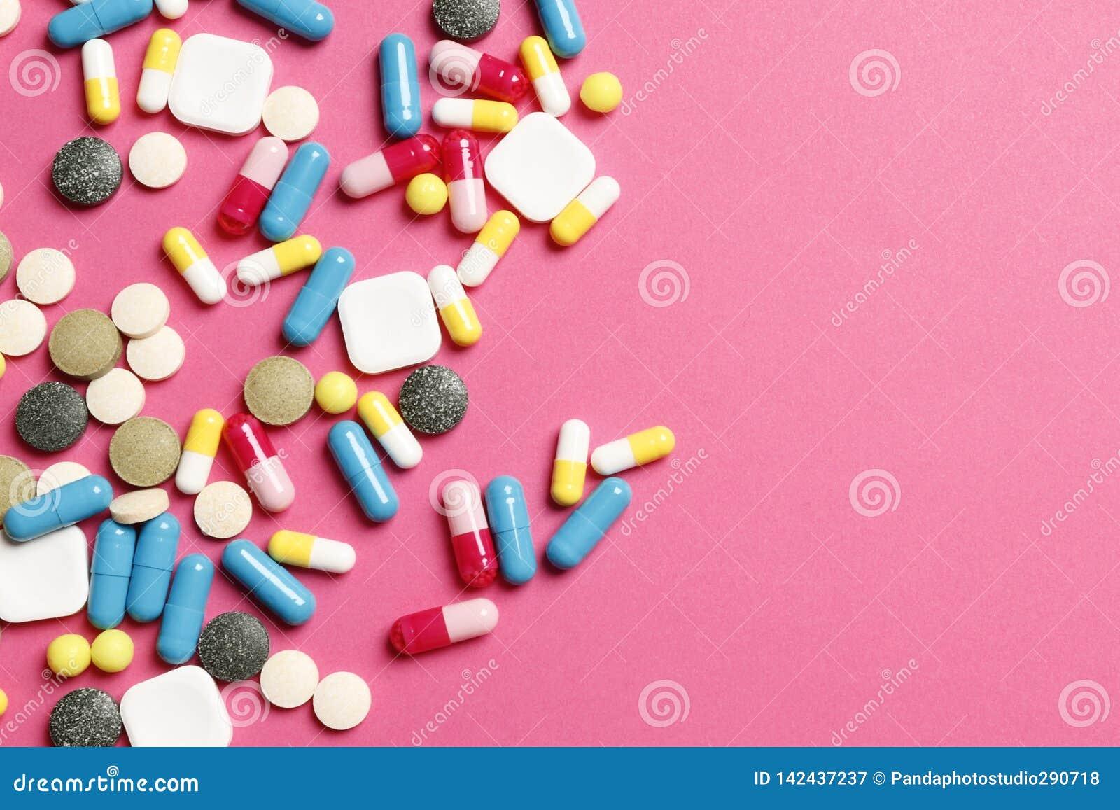 Vitamines multicolores sur un fond rose