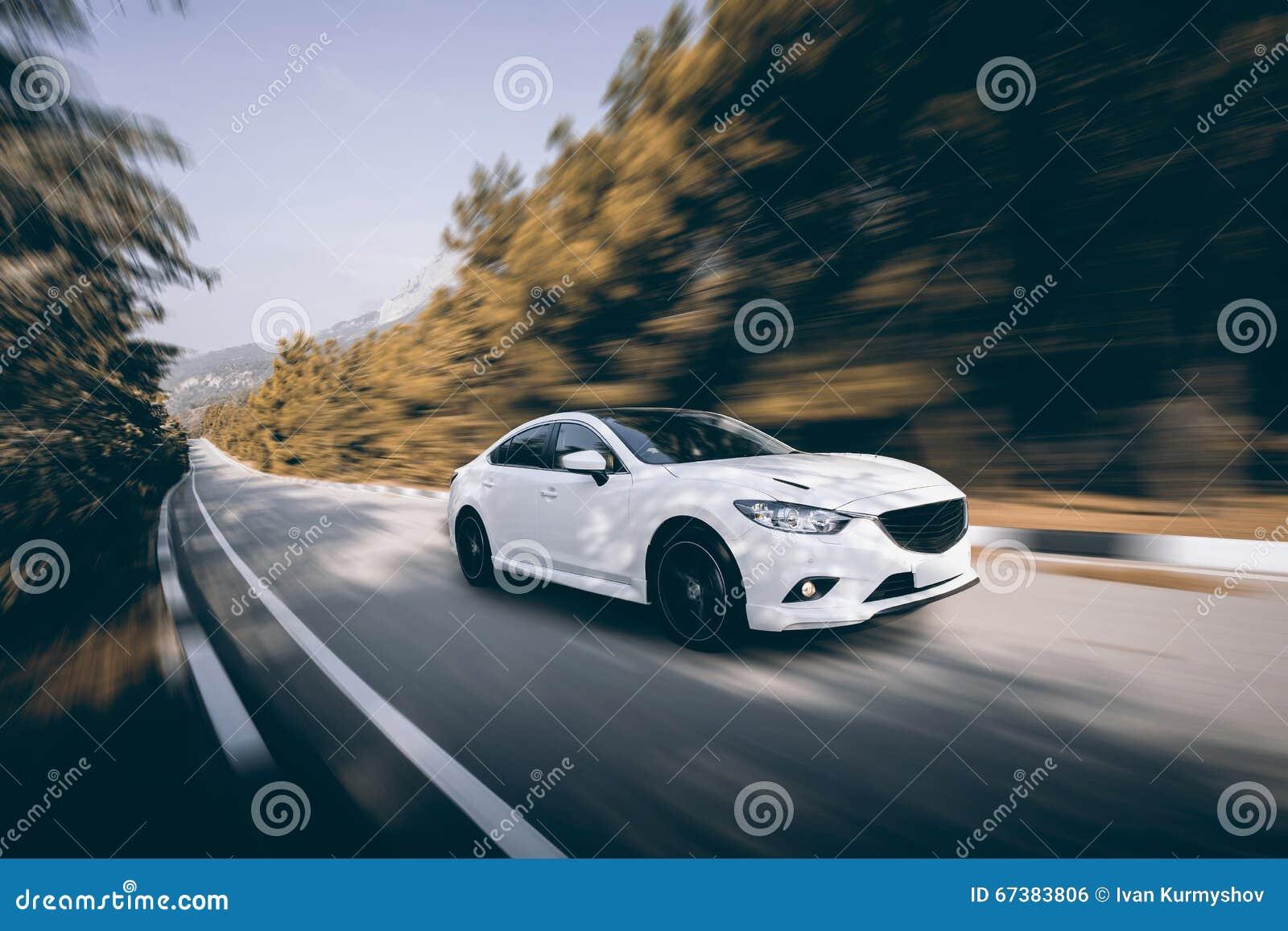 vitesse blanche de voiture conduisant sur la route goudronn e photo stock image du blanc. Black Bedroom Furniture Sets. Home Design Ideas