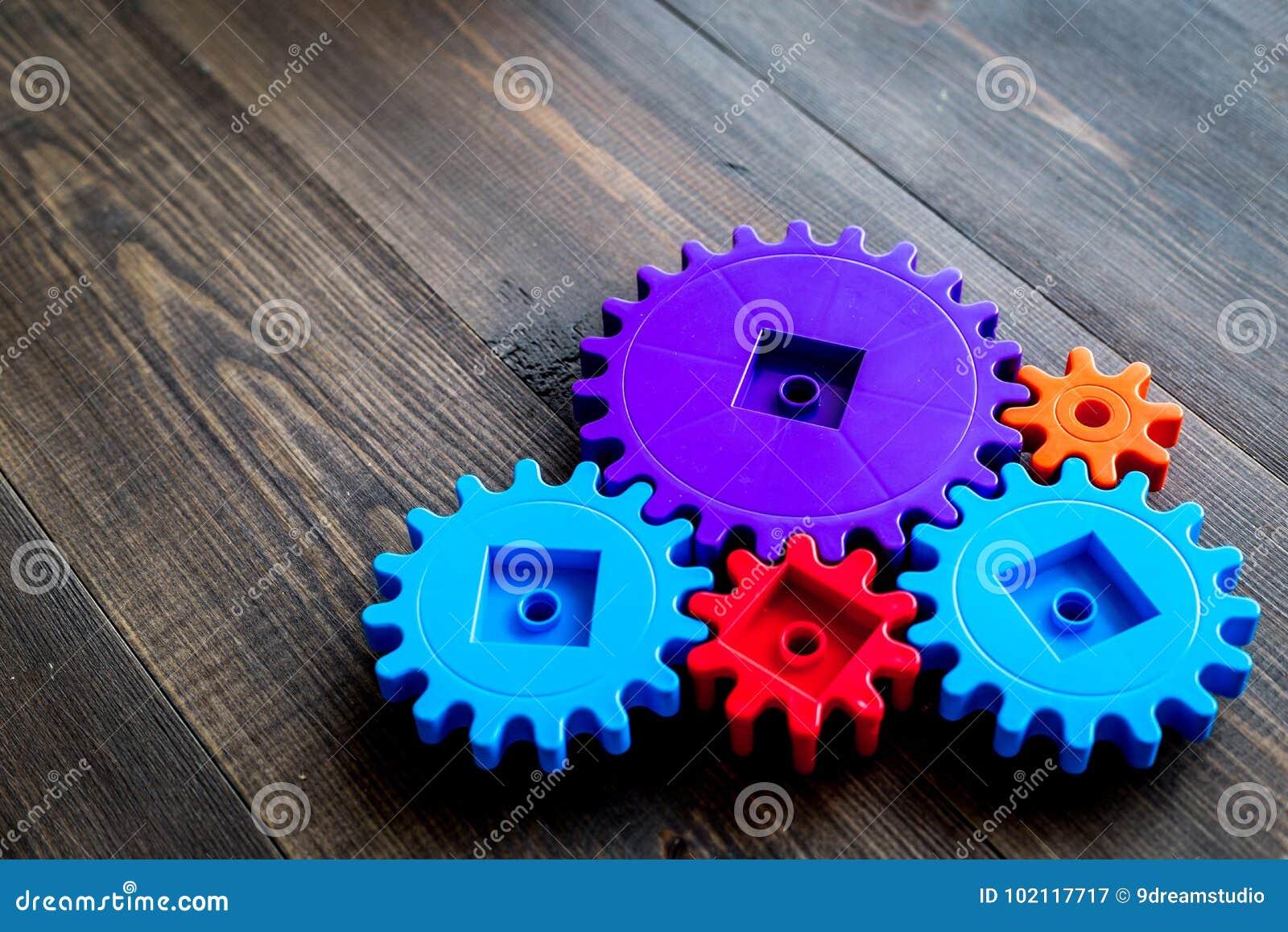 Vitesses lumineuses pour la grande technologie du travail d équipe et du mécanisme correct sur le copyspace en bois de fond