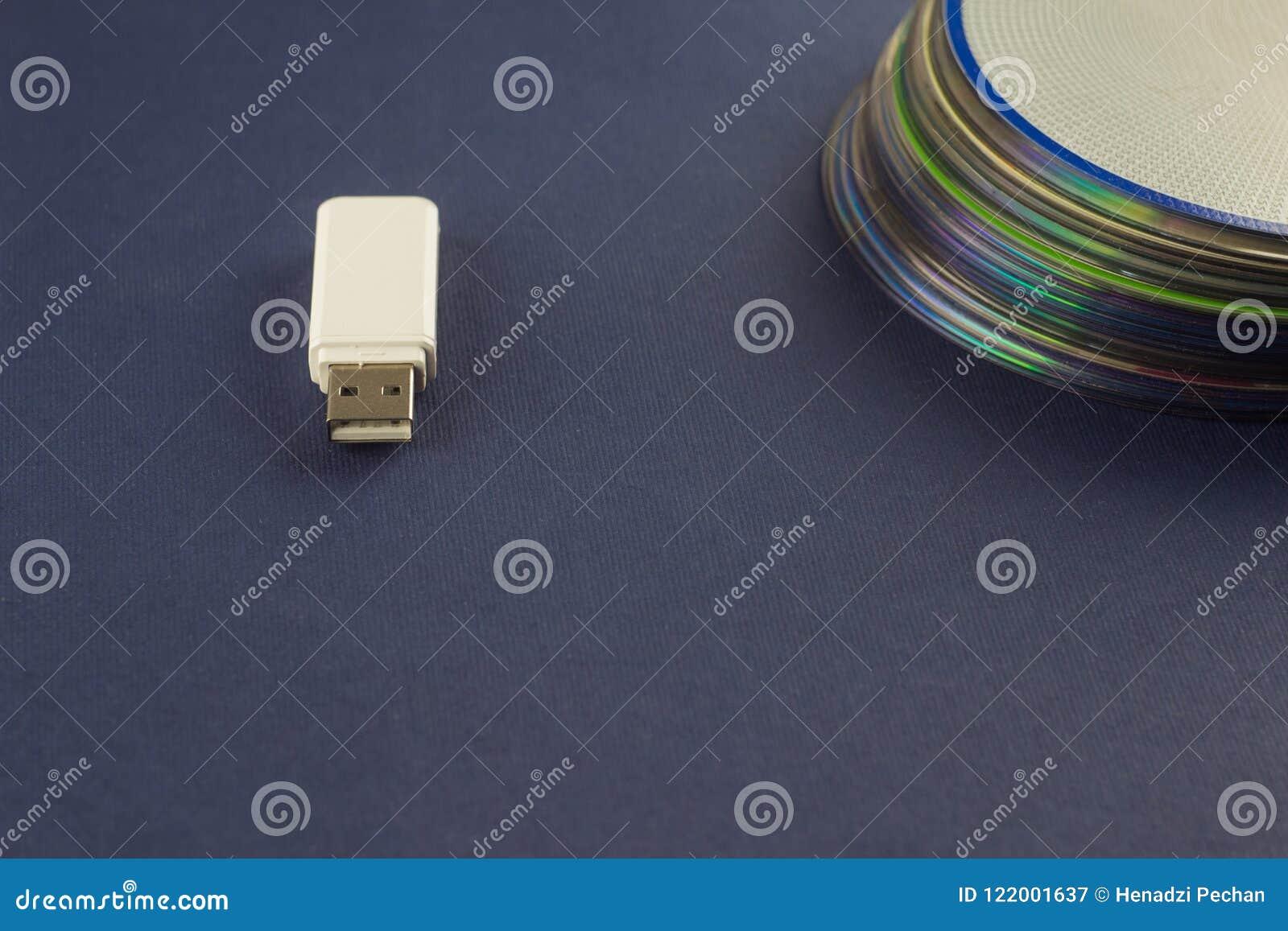 Vitexponeringsdrev och en bunt av CD, DVD, datoren, vitexponeringsdrev och en bunt av CD, DVD, dator