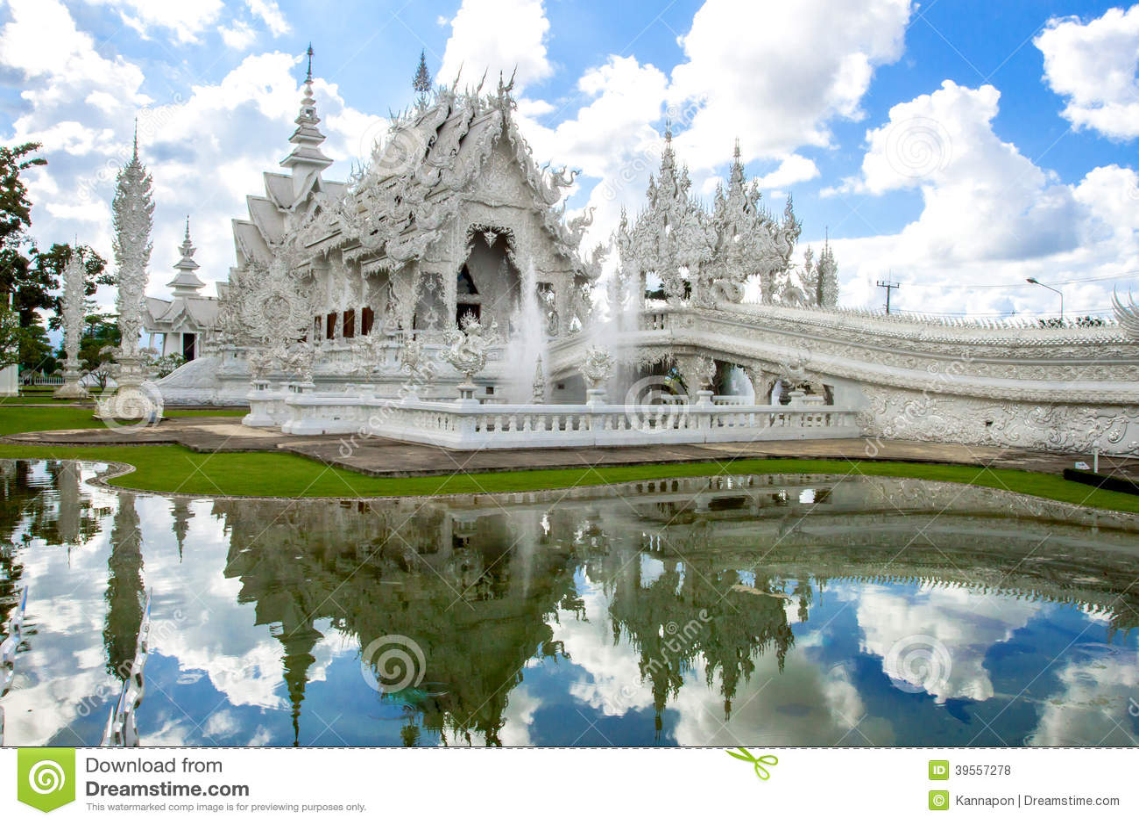 Vitkyrka i Wat Rong Khun, Chiang Rai landskap