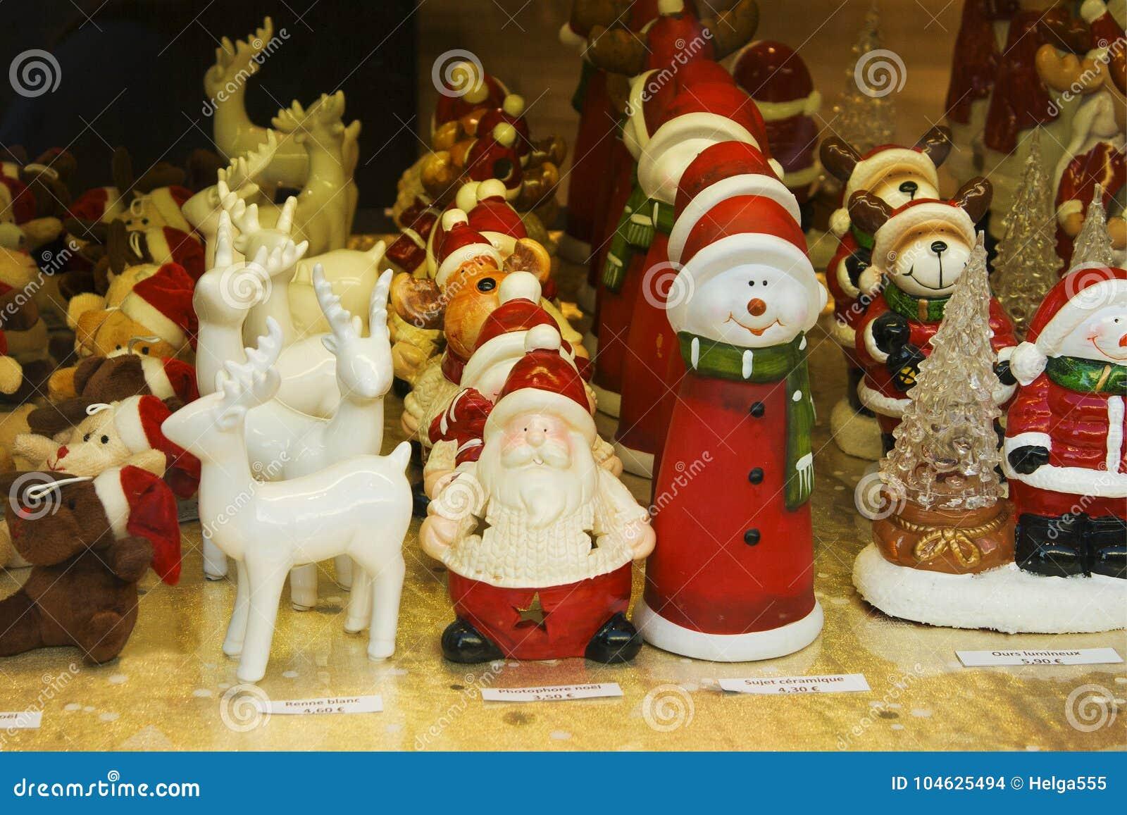 Download Vitrine Van Kerstmisdecoratie Stock Foto - Afbeelding bestaande uit speelgoed, gouden: 104625494