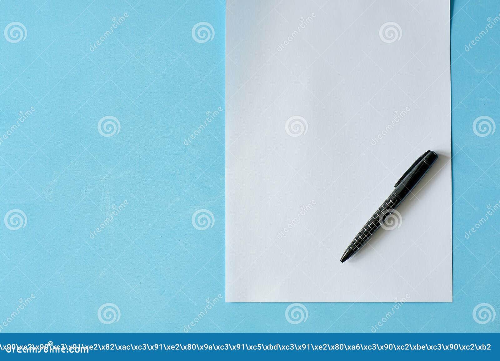 Vitt arkpapper med den svarta pennan isoleted på det ljust - blå bakgrund