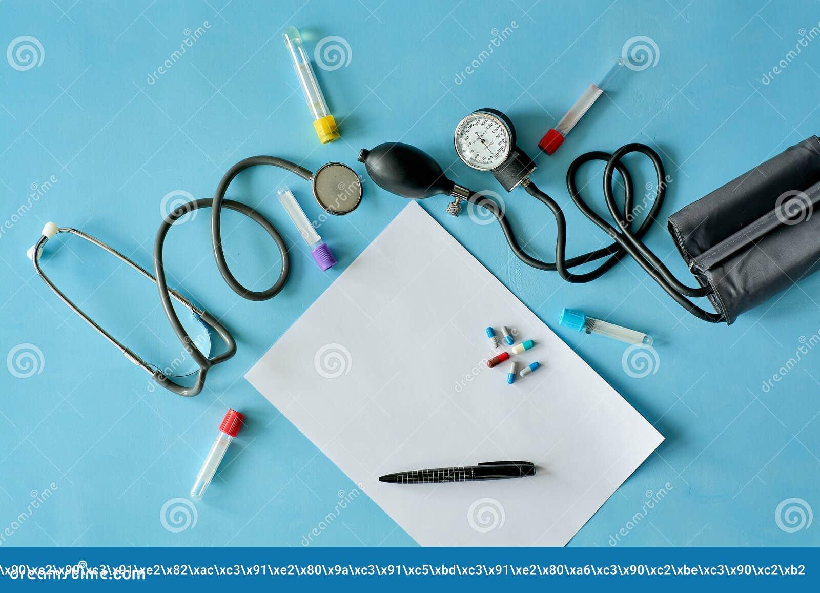 Vitt arkpapper med den svarta pennan och kulöra olika piller