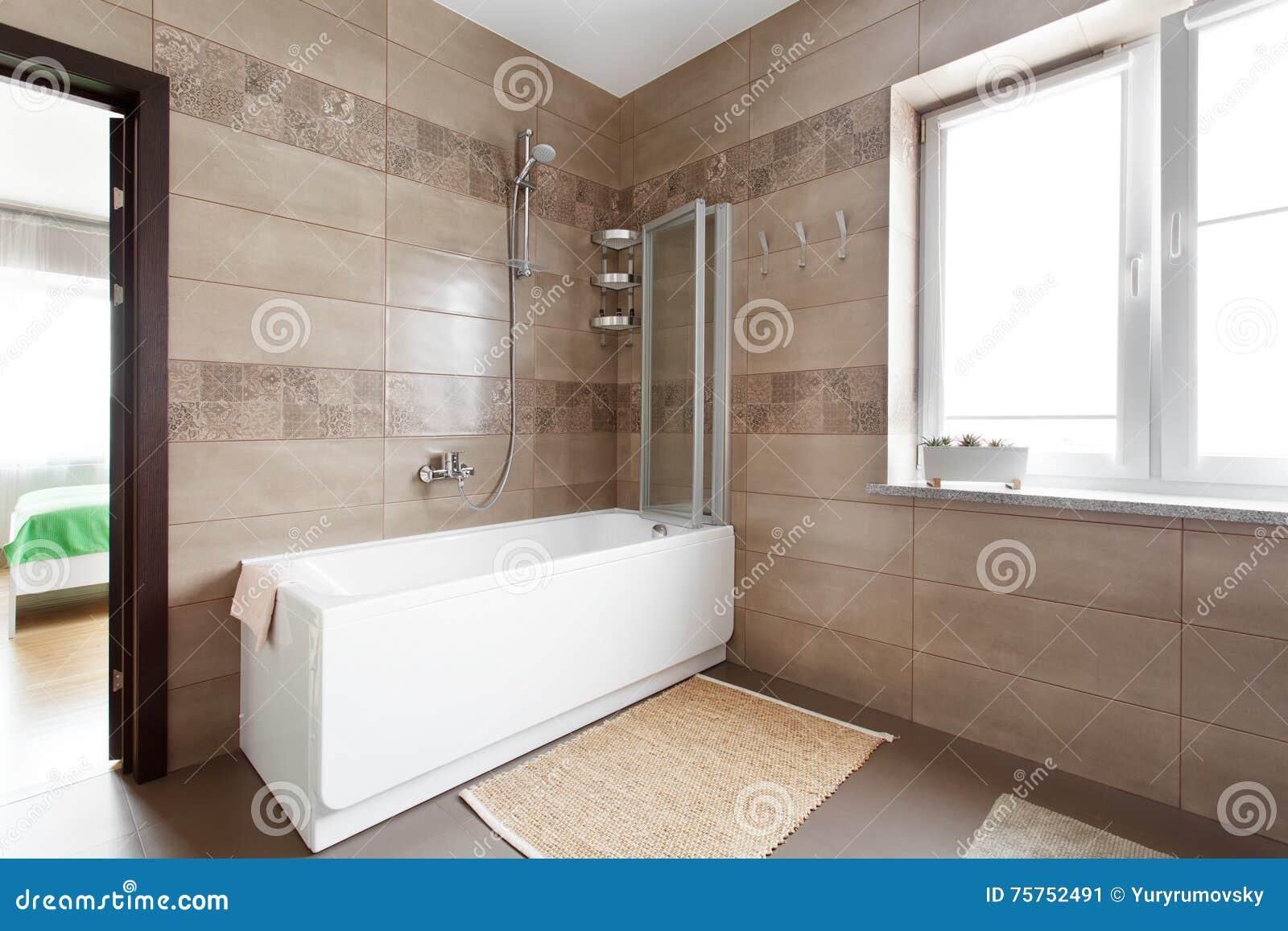 Vitt badkar i stort badrum arkivfoto   bild: 75752491