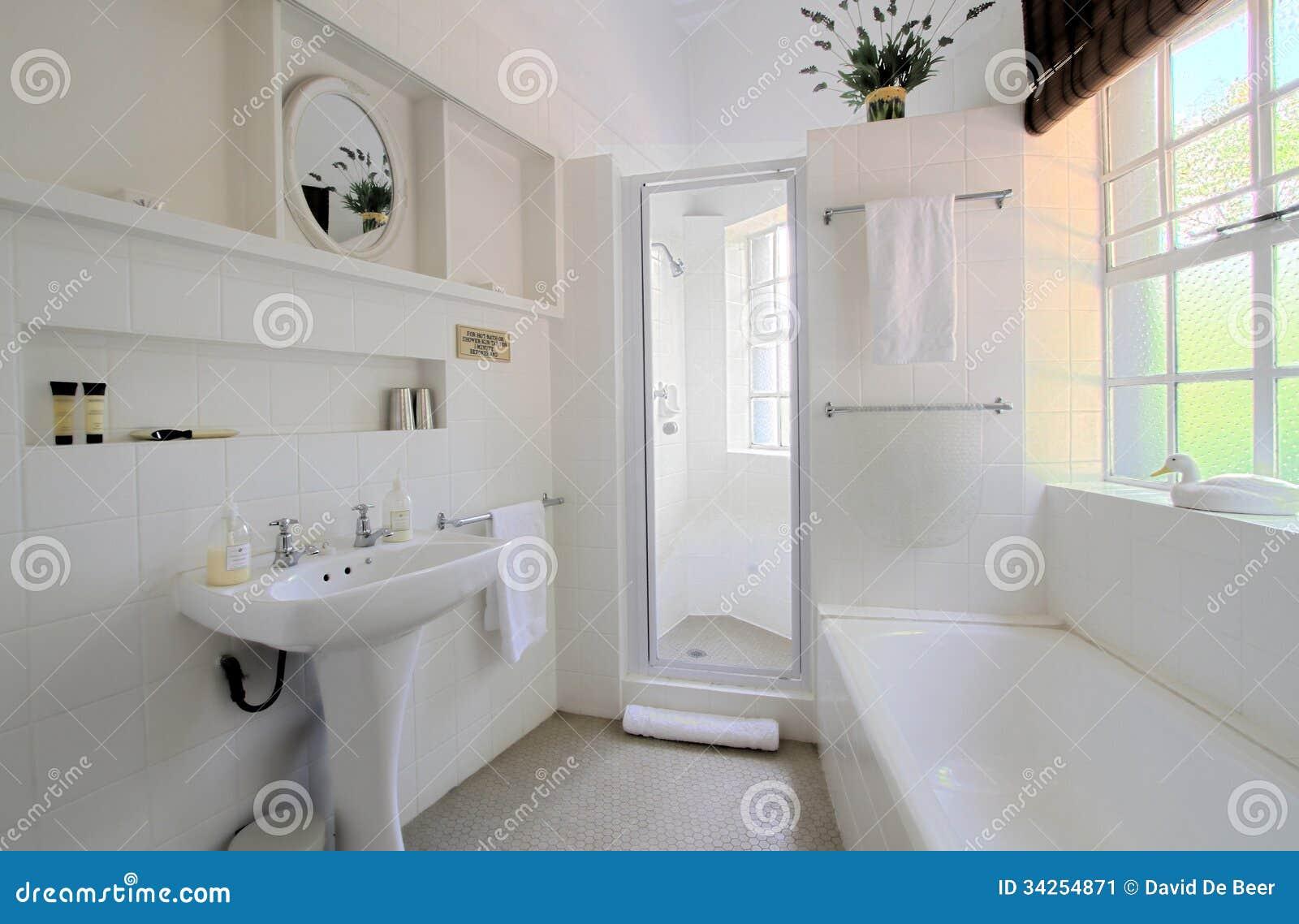 Vitt badrum fotografering för bildbyråer   bild: 34254871