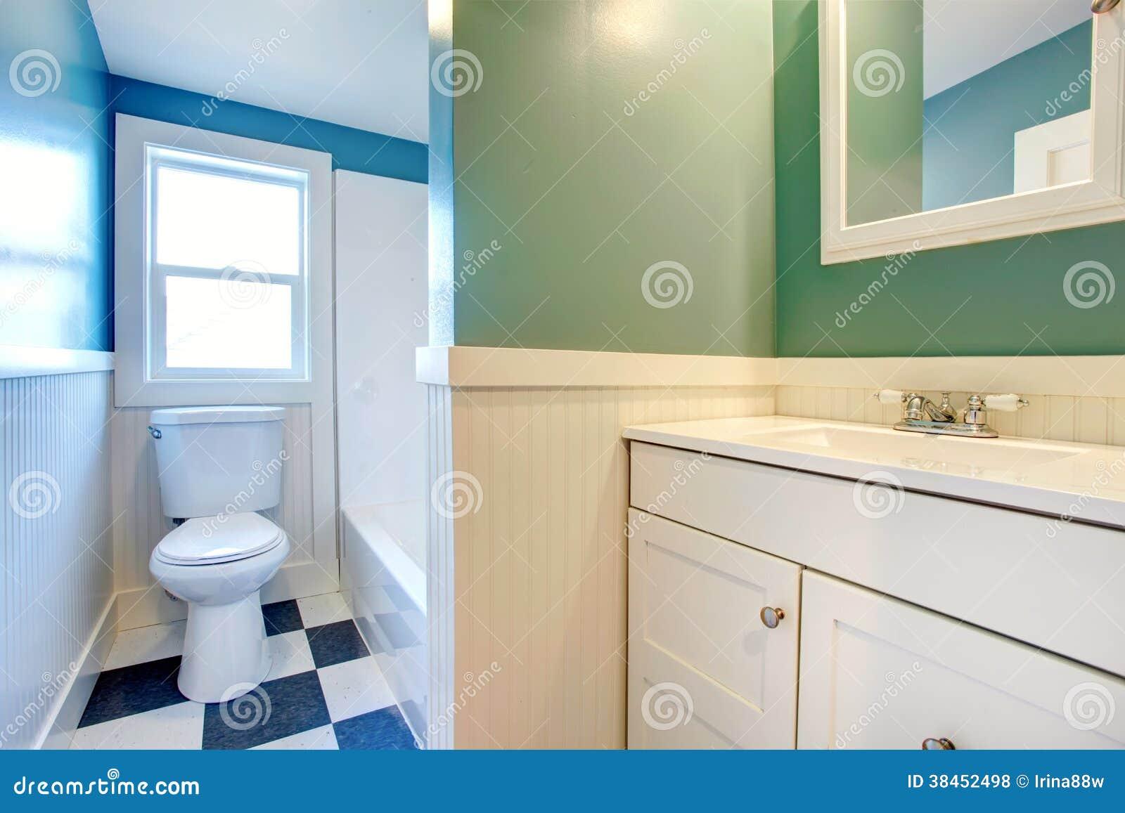 Vitt badrum med gräsplan  och blåttväggar royaltyfria foton   bild ...