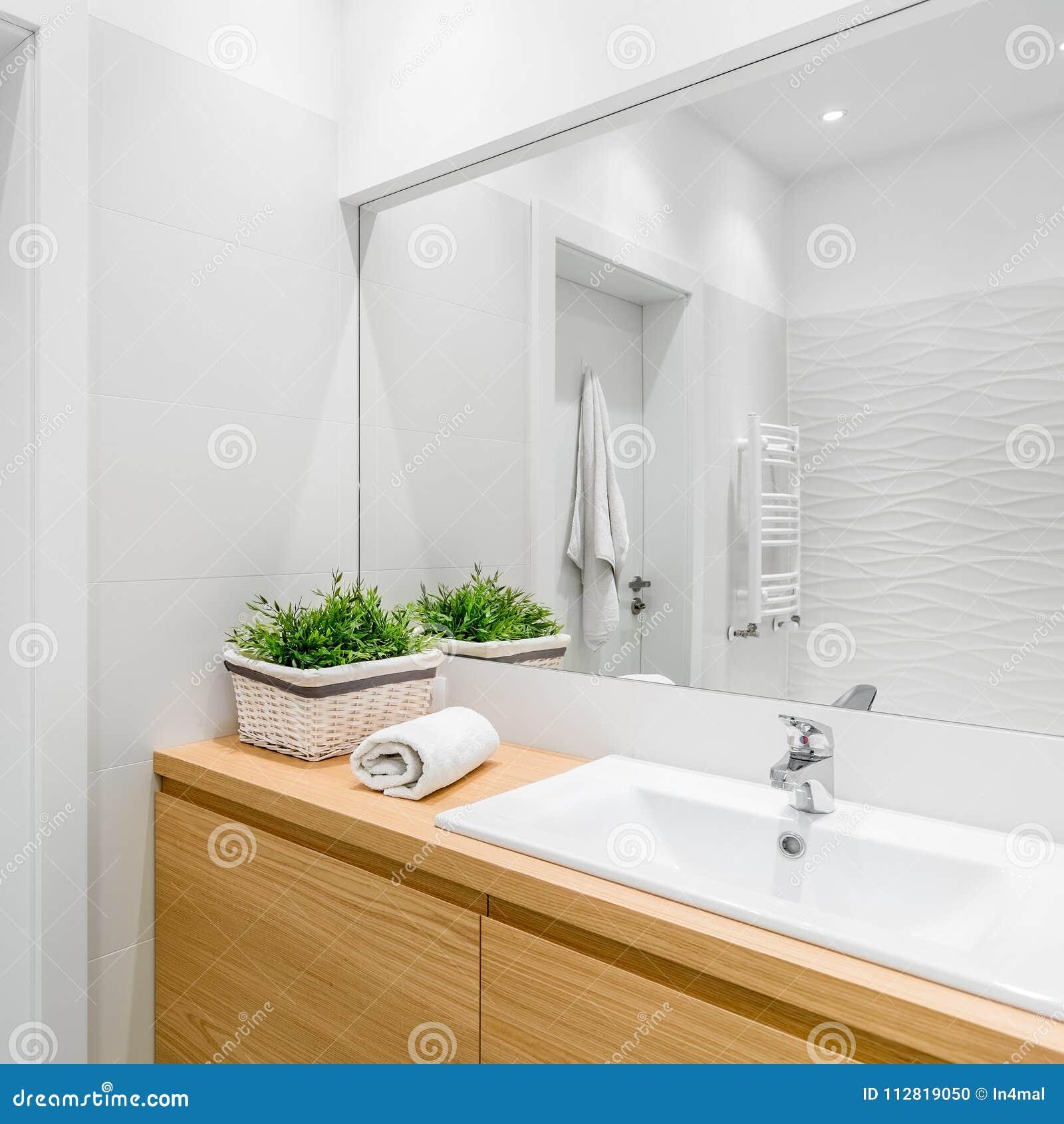 Vitt badrum med strukturella tegelplattor