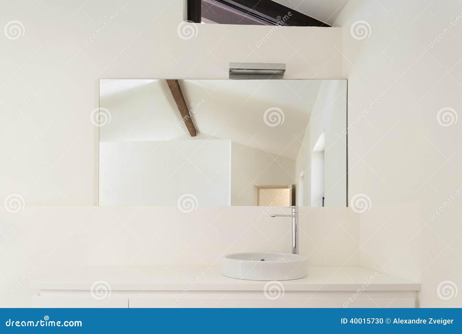 Vitt badrum, vask arkivfoto   bild: 40015783