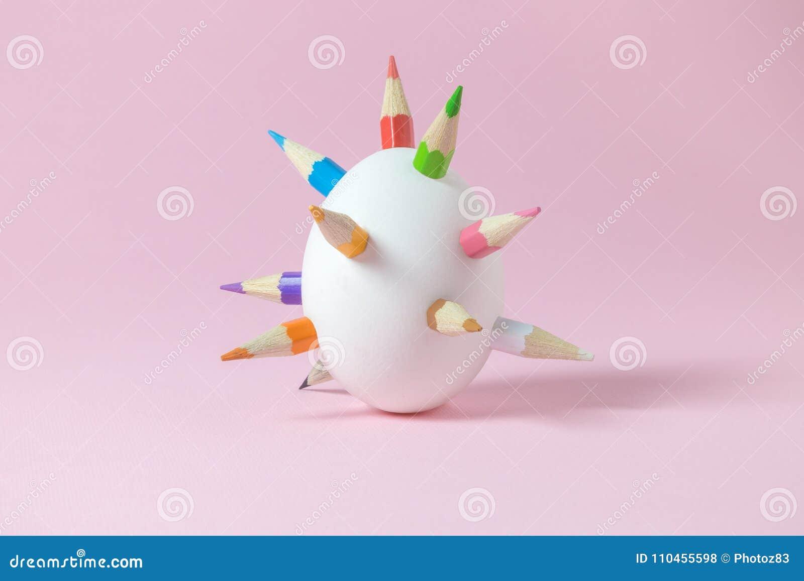 Vitt easter ägg med mångfärgade träfärgpennaspjut