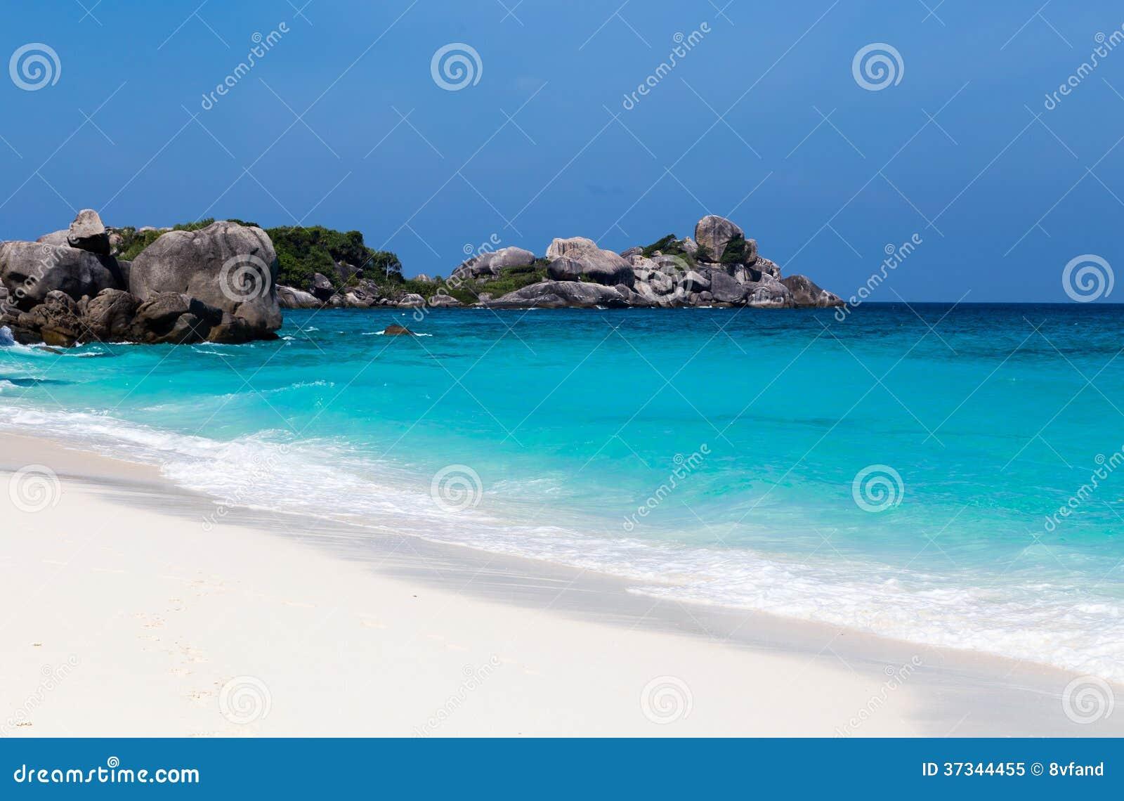 Vitt för strand- och turkosblått för sand hav