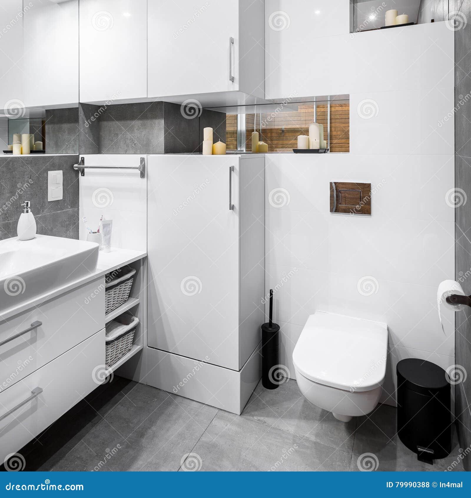 Vitt glättat badrum