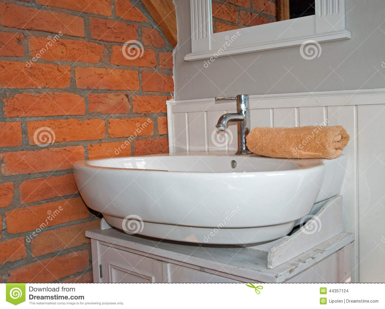 Vitt grått badrum med vasken arkivfoto   bild: 44357124