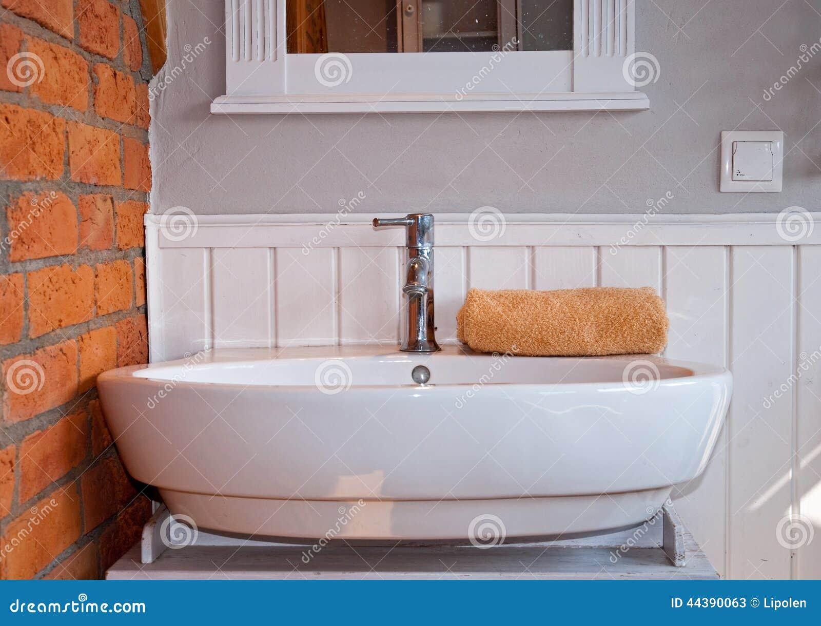 Vitt och grått badrum arkivfoto   bild: 56168810
