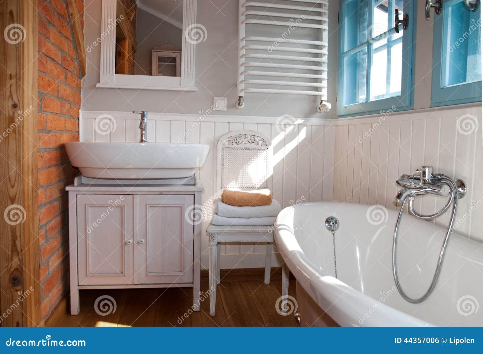 Vitt grått lantligt badrum med fönstret arkivfoto   bild: 44357006