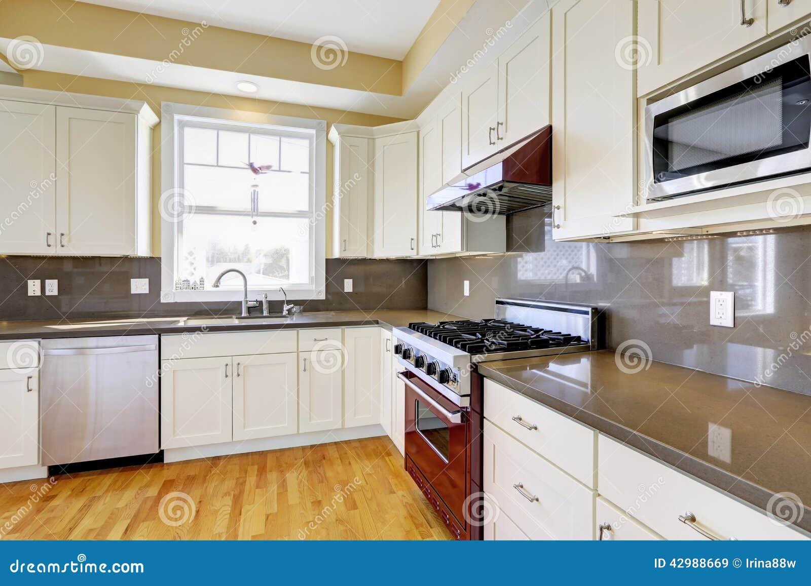 Vitt kök med burgundy ugn- och grå färgräknareblast