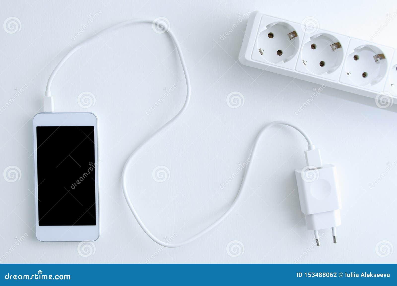 Vitt kabel för smartphonebatteriuppladdning och maktuttag