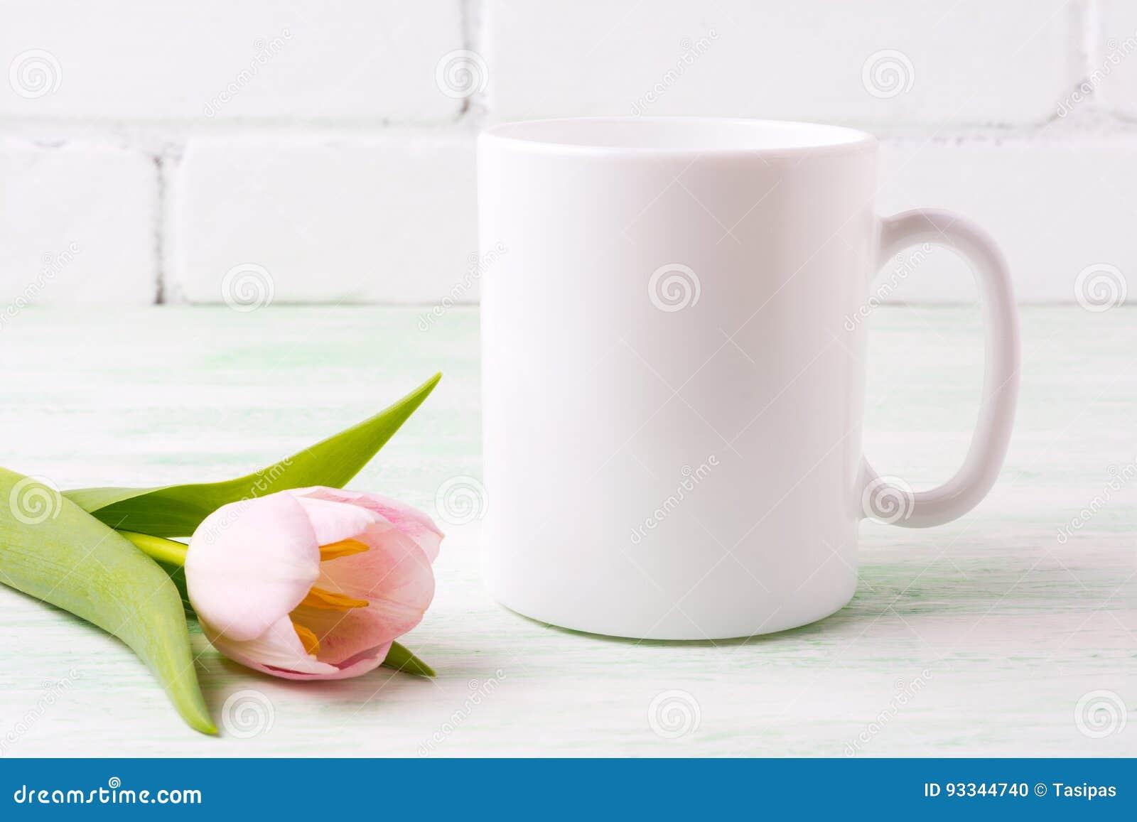 Vitt kaffe rånar modellen med den rosa tulpan