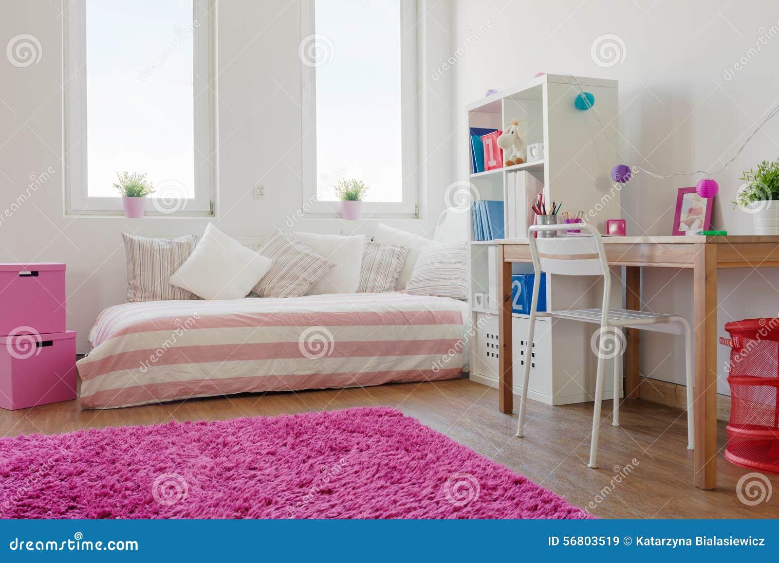 Vitt rum med rosa färgmatta arkivfoto   bild: 56803519