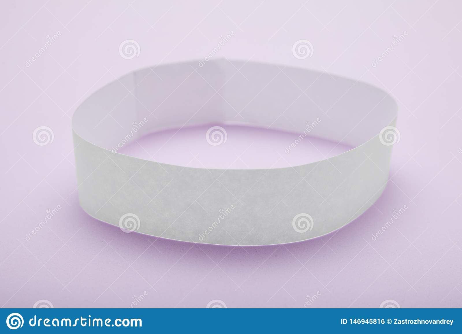 Vitt tomt pappers- armband, armbandmodell på purpurfärgad bakgrund