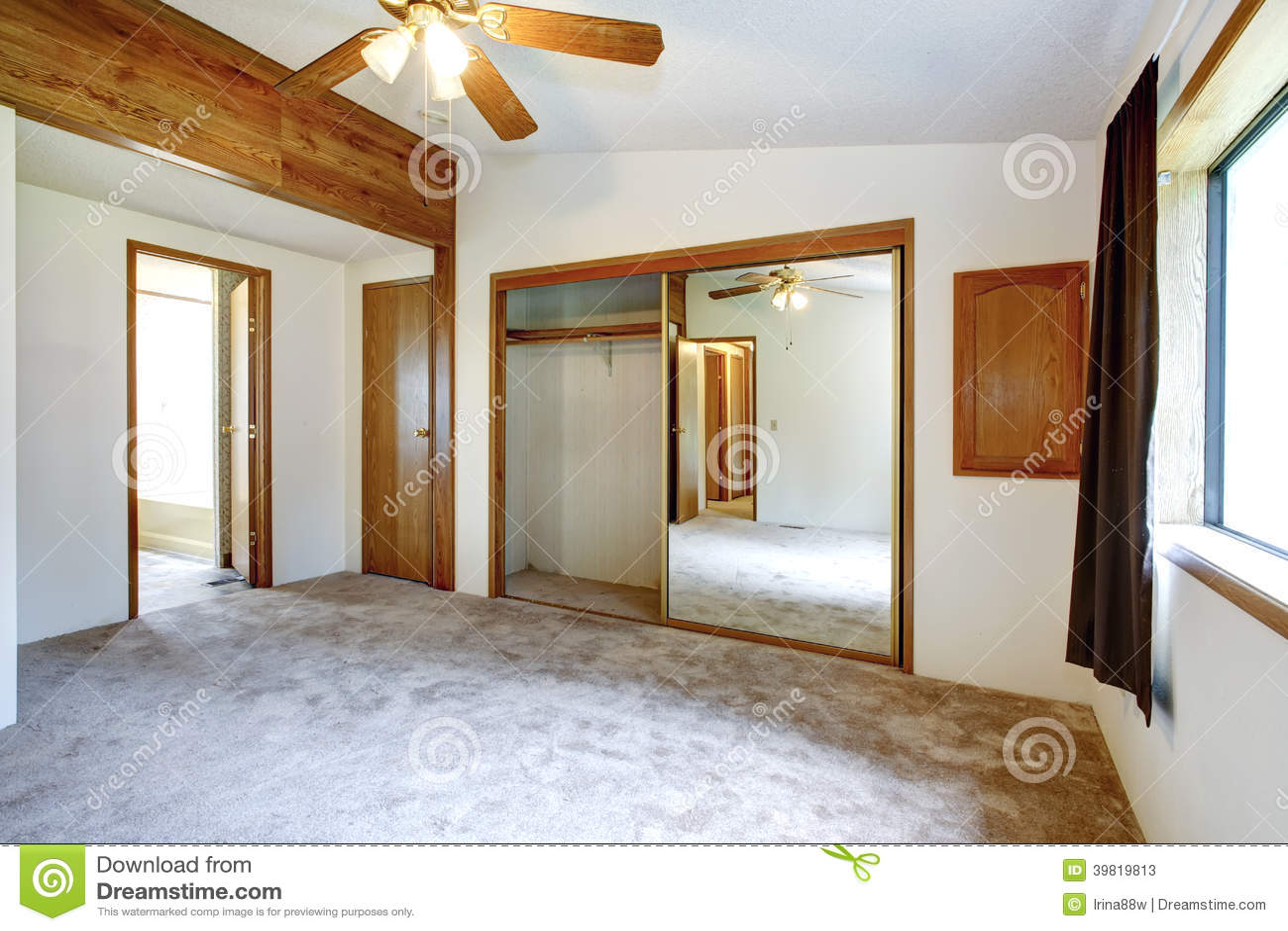Vitt tomt sovrum arkivfoto   bild: 39819813