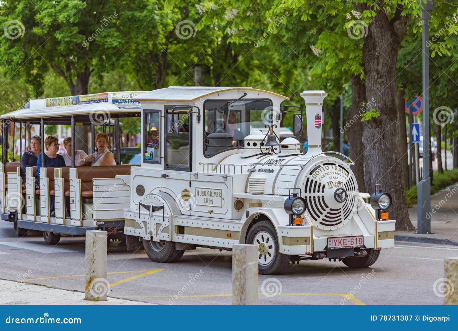 Vitt turist- drev i staden Balatonfured av Ungern