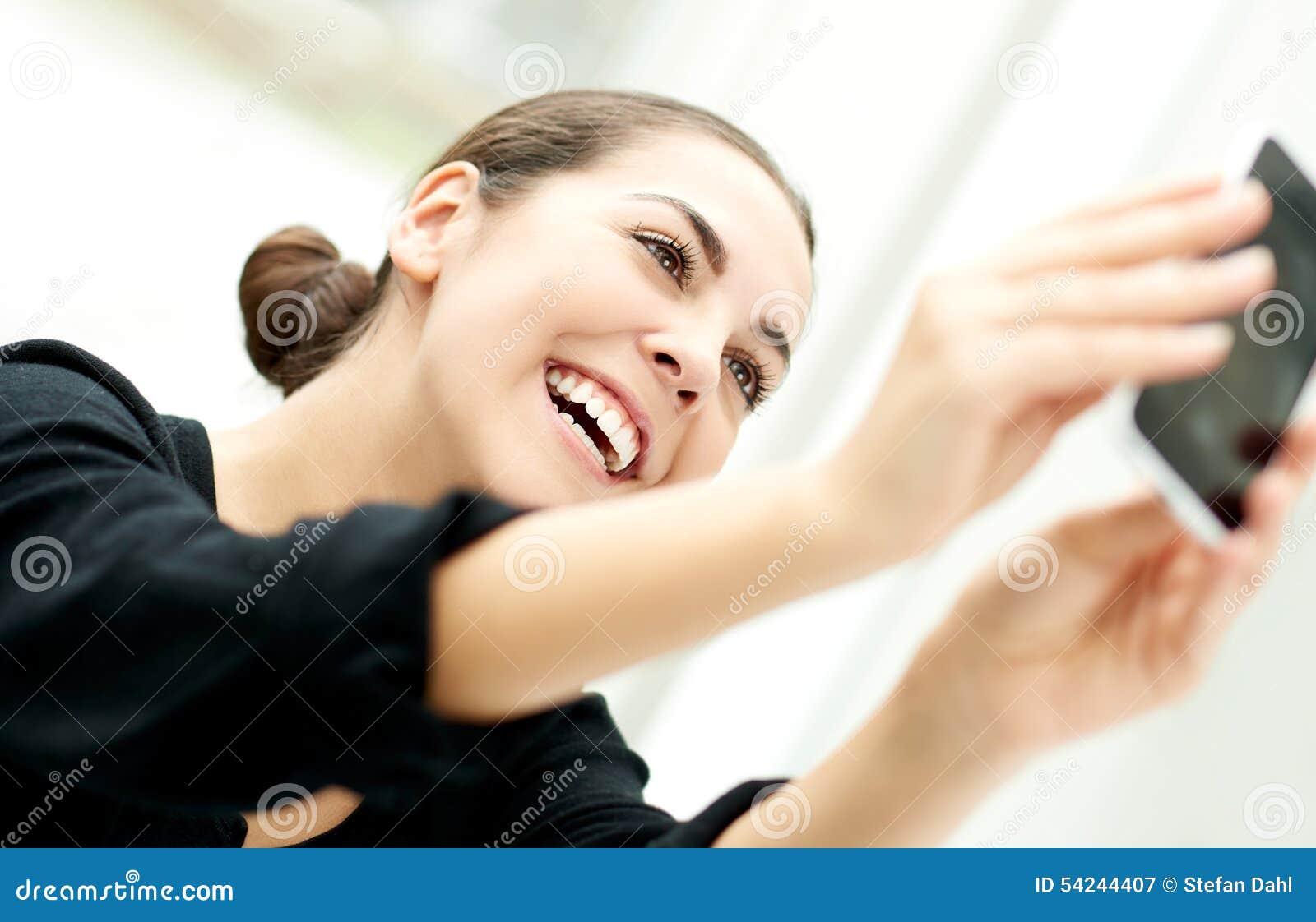 Vivacious женщина принимая ей selfie