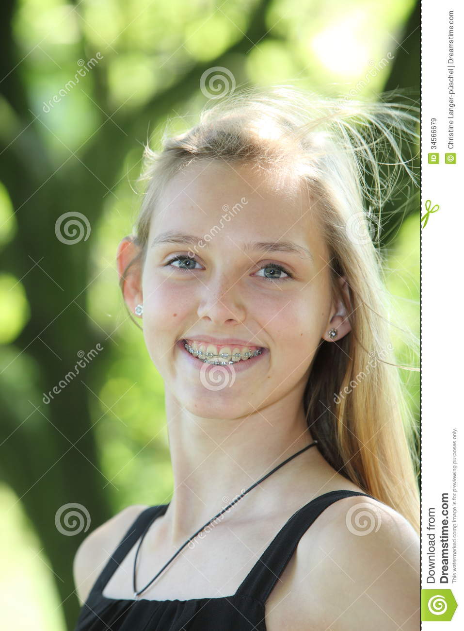 Vivacious young girl with dental braces royalty free stock for Bagues dentaires interieur