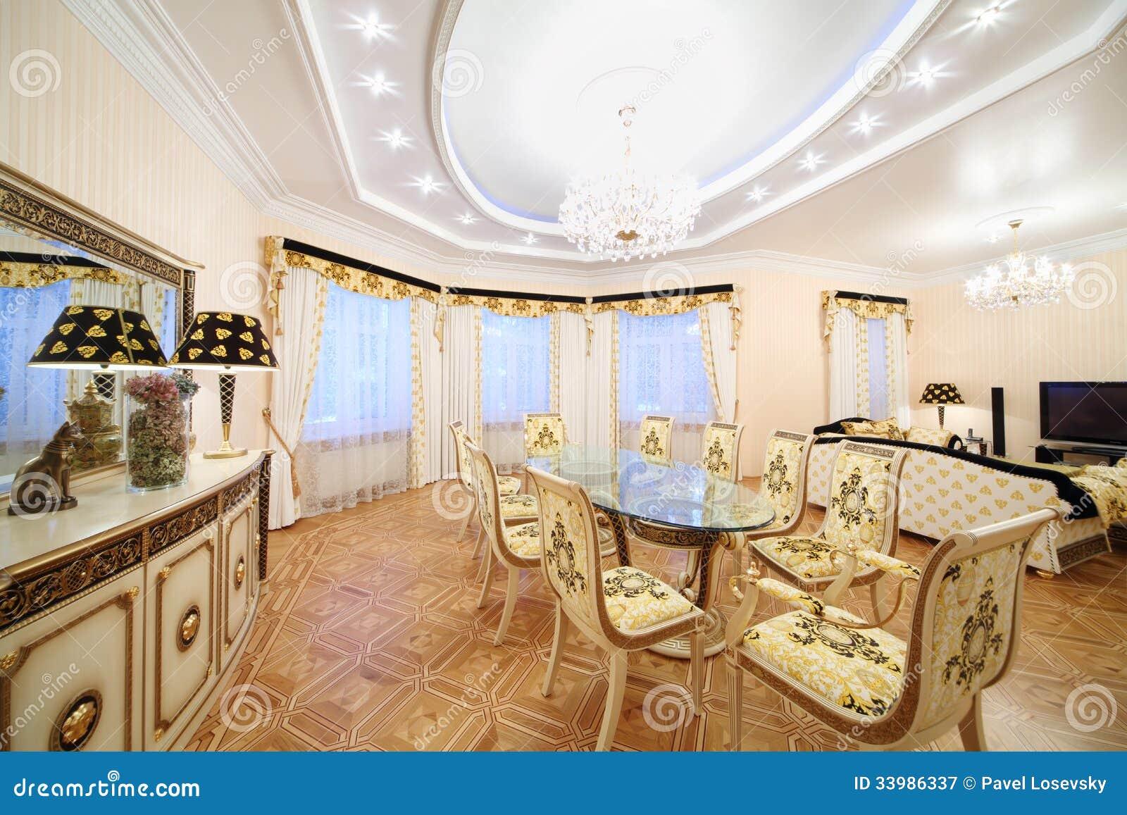 Vivendo e sala da pranzo con la mobilia di lusso della for Architettura in stile cottage
