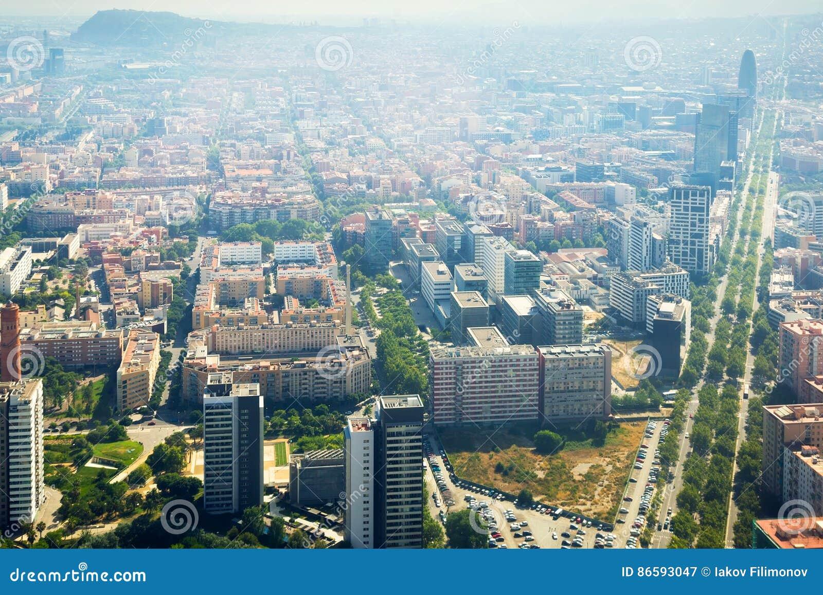 Vizinhanças modernas de Barcelona na Espanha, vista aérea