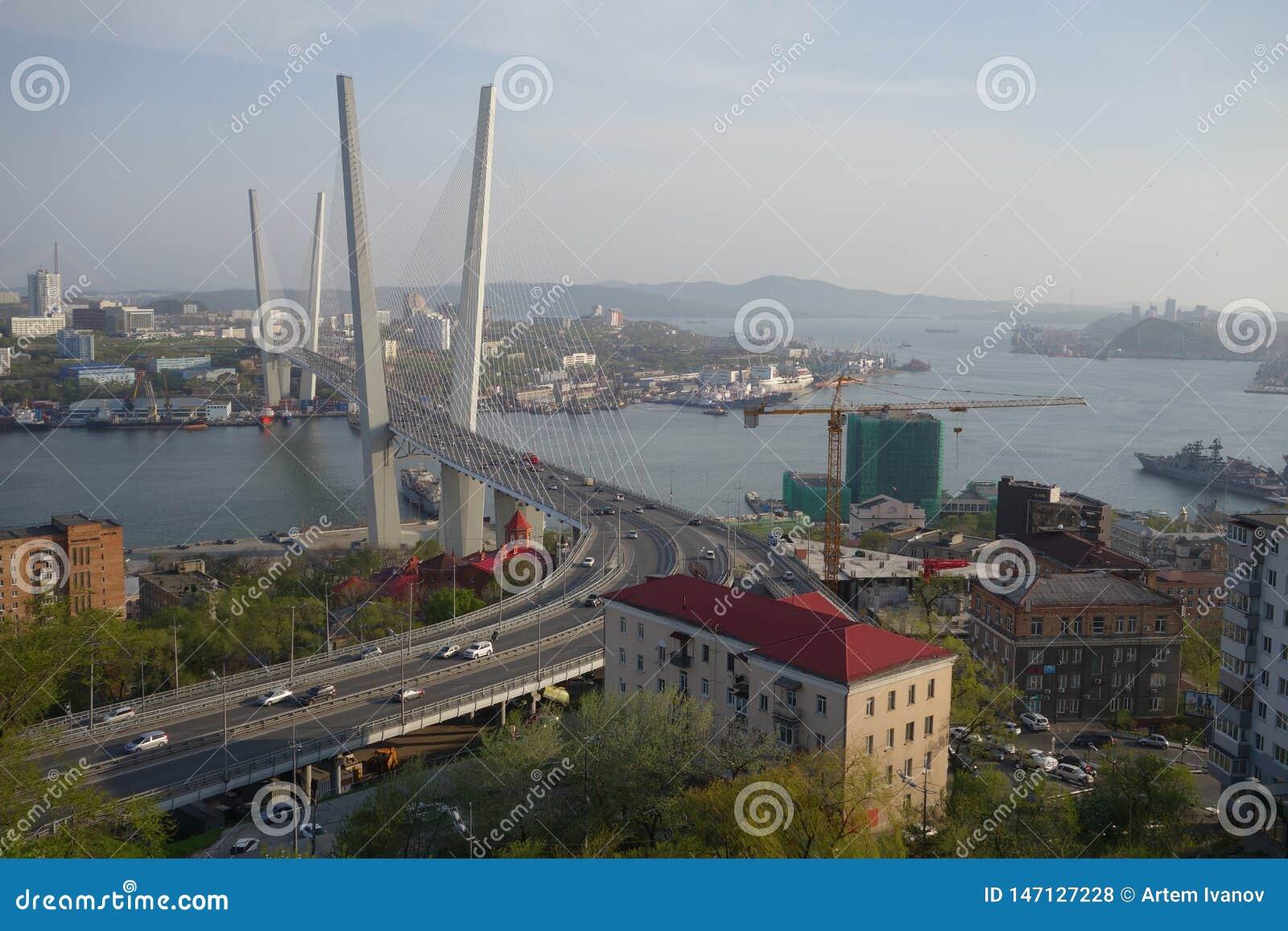 Vladivostok Guld- bro över den Zolotoy Rog fjärden