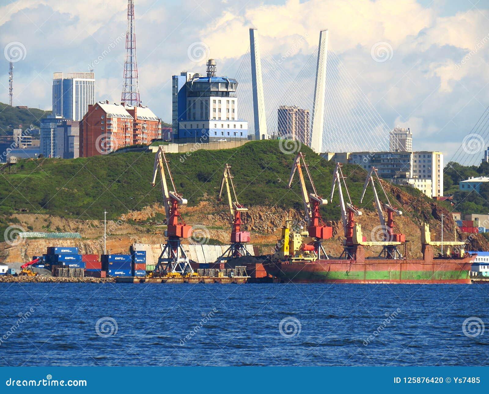 Vladivostok, kray Primorsky/Rusland - September 8 2018: De scheepsverkeerdienst VTS van haven Vladivostok