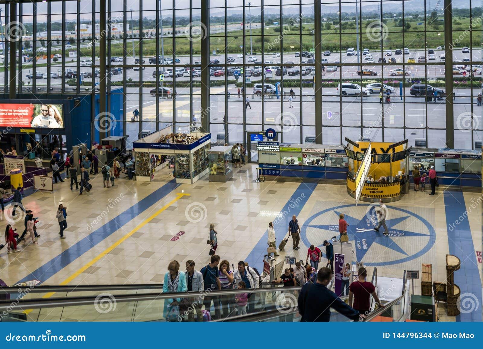 Vladivostok, Rússia, Agu 17 2017-Passengers no terminal do aeroporto